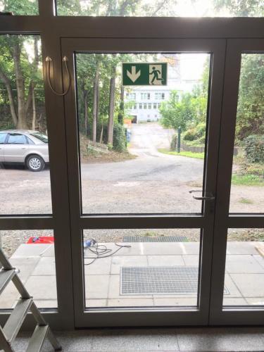 Umbau eingangst r zur fluchtt r loka sicherheitstechnik aktuelles for Sicherheitstechnik leipzig
